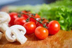 Свежие и вкусные томаты, салат, лук, champignon Стоковые Фотографии RF