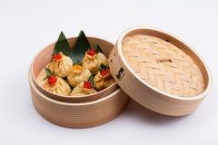 Свежие и горячие вареники manti в бамбуковом распаровщике стоковая фотография