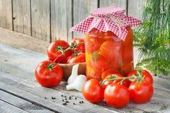 Свежие и законсервированные томаты стоковое фото