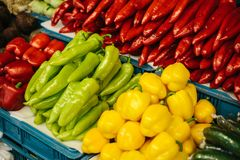 Свежие и органические овощи на рынке хуторянин Естественная продукция паприка Перец стоковые изображения rf