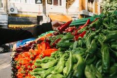 Свежие и органические овощи на рынке хуторянин marketplace Естественная продукция паприка Перец Естественные местные продукты дал стоковая фотография rf