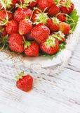 Свежие и очень вкусные органические клубники на старой металлической пластине, деревянном столе Улучшите для ваш здоровый dieting Стоковая Фотография RF