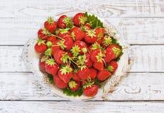 Свежие и очень вкусные органические клубники на старой металлической пластине, деревянном столе Улучшите для ваш здоровый dieting Стоковые Фотографии RF