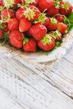 Свежие и очень вкусные органические клубники на старой металлической пластине, деревянном столе Улучшите для ваш здоровый dieting Стоковое Изображение RF