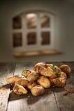 Свежие картошки в кухне страны Стоковые Фото