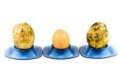 Свежие картошки и яичко Брайна в чашке яичка Стоковые Изображения