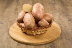 Свежие картошки на деревенской деревянной предпосылке Стоковое Фото