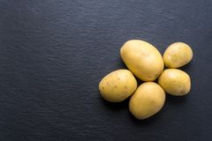 Свежие картошки на черноте Стоковое Фото