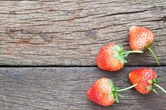 Свежие клубники на деревянной предпосылке, еде здоровых и диеты Стоковая Фотография RF