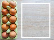 Свежие коричневые яйца в коробке коробки были помещены на деревянном столе для подготовки еды стоковые фотографии rf