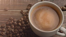 Свежие кофе и кофейные зерна на деревянном столе акции видеоматериалы