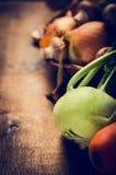 Свежие кольраби и овощи для vegan варя на деревенской деревянной предпосылке Стоковые Изображения RF
