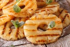 Свежие кольца ананаса зажарили с макросом мяты на таблице horizo Стоковая Фотография RF