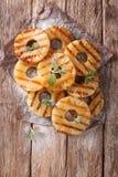 Свежие кольца ананаса зажарили с мятой на таблице Вертикальная верхняя часть Стоковое Фото