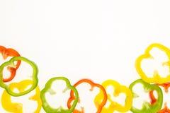 Свежие кольца болгарского перца, на белизне с экземпляр-космосом Стоковые Фотографии RF