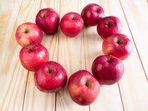 Свежие красные влажные яблоки с падениями воды Стоковая Фотография RF