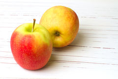 Свежие красные и зеленые яблоки Стоковое Изображение