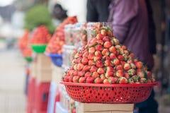 Свежие красные клубники аранжировали в корзинах готовых для продажи Стоковые Фото