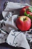 Свежие красные яблоки на полотенцах хлопка Стоковое фото RF