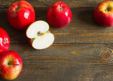 Свежие красные яблоки на деревянной таблице На деревянной предпосылке Открытый космос для текста стоковое фото rf