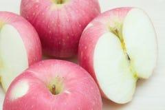 Свежие красные яблоко и кусок на деревянном столе Стоковое фото RF