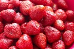 Свежие красные яркие клубники Макрос, взгляд сверху Стоковые Фотографии RF