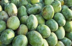 Свежие красочные тропические манго на дисплее на внешнем рынке фермеров Конец-вверх манго отрезанный ананас плодоовощ отрезока пр Стоковая Фотография RF