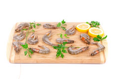 Свежие креветки на деревянной доске Стоковая Фотография RF