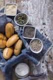 Свежие крены и свеже испеченный хлеб макового семенени Стоковое Фото
