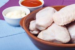 Свежие крыла цыпленка отечественной птицы в керамических блюдах для варить диетическое блюдо Космос для дизайна или текста Стоковые Фотографии RF