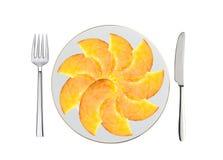 Свежие куски персика на белых изолированной плите, ложке и вилке Стоковая Фотография RF
