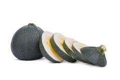 Свежие куски цукини вполне здоровых витаминов, изолированный на белой предпосылке Домодельные овощи от сада Стоковое фото RF