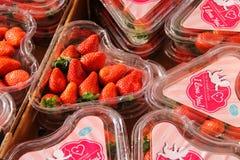 Свежие клубники в пластичных коробках в форме сердца Utrech Стоковая Фотография RF
