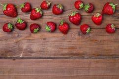 Свежие клубники на деревянном столе, космосе экземпляра Красное strawberri Стоковая Фотография RF