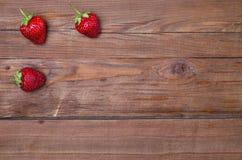 Свежие клубники на деревянном столе, космосе экземпляра Стоковые Фотографии RF