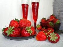 Свежие клубники на плите и соке в чашке Стоковая Фотография