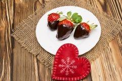 Свежие клубники окунули в темных шоколаде и сердце на деревянной предпосылке связанный вектор Валентайн иллюстрации s 2 сердец дн Стоковое Фото
