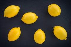Свежие лимоны на темной предпосылке стоковое изображение