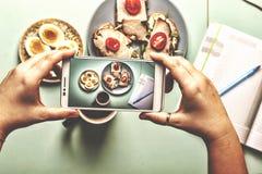 Свежие листья шпината младенца Ингридиенты для салата шпината с завтраком яичек триперсток здоровым Стоковая Фотография RF
