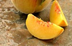 свежие ломтики персика Стоковые Изображения RF