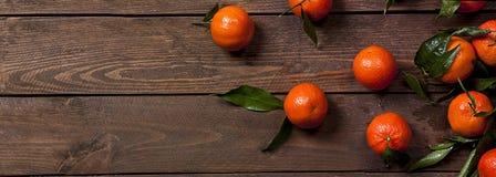 Свежие мандарины на старом деревянном столе Стоковое фото RF