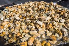 Свежие мидии на лотке гриля Барбекю морепродуктов outdoors Еда пикника здоровая, мидии без раковины Зажаренные морепродукты, Стоковые Изображения RF