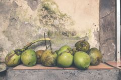 Свежие молодые кокосы Тропический остров Бали, Индонезии Экзотический сырцовый плодоовощ стоковая фотография rf