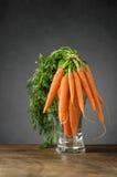 Свежие моркови в стеклянной вазе Стоковая Фотография