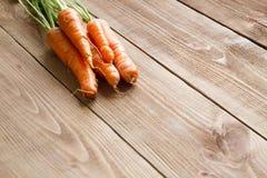 Свежие моркови на деревянной предпосылке Стоковое Изображение RF