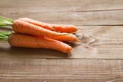 Свежие моркови на деревянной предпосылке Стоковое Фото