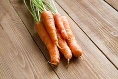 Свежие моркови на деревянной предпосылке Стоковая Фотография
