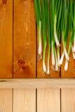 Свежие молодые зеленые луки на деревянном столе Стоковая Фотография RF