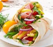 Свежие обручи tortilla с мясом и овощами Стоковое Фото