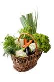 Свежие овощи в корзине на белизне. Стоковое Изображение